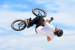 Un jinete profesional en la competencia de MTB (montaña Biking) en la pista de tierra en los deportes del extremo de LKXA Foto de archivo libre de regalías