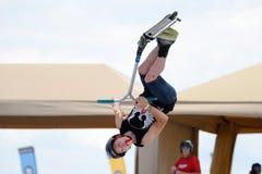 Un jinete profesional en la competencia de Pak de la vespa en el Central Park en los juegos extremos de Barcelona de los deportes Imagen de archivo libre de regalías