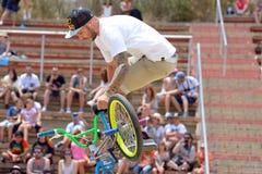 Un jinete profesional en la competencia del Flatland de BMX (motocrós de la bicicleta) en los juegos extremos de Barcelona de los Fotos de archivo