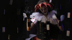 Un joker avec un chapeau et un maquillage noir et blanc exécute une exposition de pantomime clips vidéos