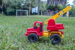 Un jouet de camion de pompiers dans la cour d'une maison de campagne Photos stock