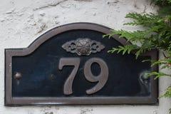 Un jouet de ventilateur de doigt de mousse du numéro 1 et poms de pom d'isolement sur un fond blanc Plat 79 sur un mur Image stock