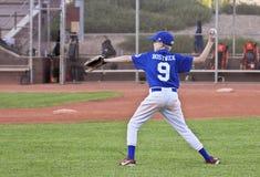 Un joueur de baseball de la jeunesse jette la boule Images stock