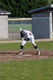Un joueur de baseball de lycée jusqu'à la batte Image libre de droits
