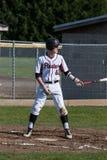 Un joueur de baseball de lycée jusqu'à la batte Photo stock