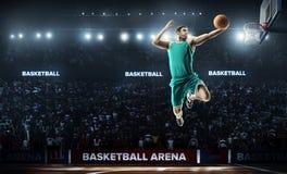 Un joueur de basket sautent dans la vue de panorama de stade Photographie stock libre de droits