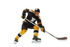 Un joueur de hockey caucasien d'homme en silhouette de studio d'isolement sur le fond blanc photo libre de droits