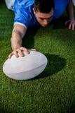 Un joueur de rugby marquant un essai Photos stock