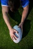 Un joueur de rugby marquant un essai Photo libre de droits