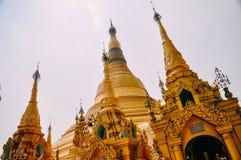 Un jour chaud et brumeux à la pagoda de Shwedagon à Yangon Images stock