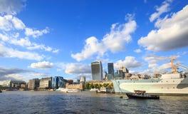 Un jour d'été lumineux sur la Tamise avec beaucoup de bâtiments iconiques et un ciel nuageux bleu lumineux, Londres Photographie stock libre de droits
