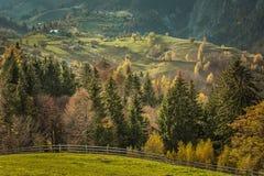 Un jour d'automne dans un village près de château du ` s de Dracula Images libres de droits