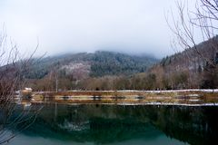 Un jour d'hiver froid par le lac photos stock