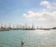 Un jour ensoleillé au-dessus du port touristique de Marina di Ragusa dans Sicil Photographie stock
