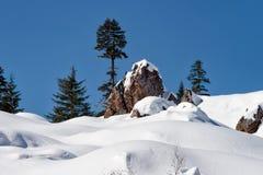 Un jour ensoleillé chaud dans les montagnes en hiver Photo stock