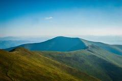 Un jour ensoleillé dans les montagnes Photographie stock