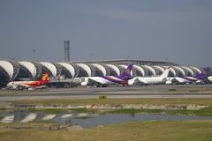Un jour ensoleillé sur l'aéroport international de Suvarnabhumi, Bangkok Photos stock