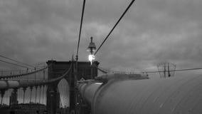 Un jour foncé et nuageux au-dessus du pont de Brooklyn - NYC - les Etats-Unis photographie stock