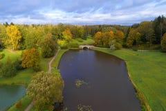 Un jour nuageux d'octobre au-dessus du parc de Pavlovsky Voisinage de St Petersburg, Russie photo stock