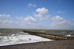 Un jour orageux en mer image stock