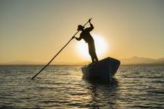 Un jour ordinaire pour le pêcheur de bateau Image libre de droits
