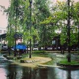 Un jour pluvieux sur Bandar Bhobon& x27 ; stationnement de voiture de s Photos libres de droits