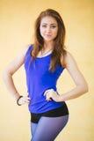 Un joven magnífico atractivo cupo a la mujer moderna en ropa de deportes azul Foto de archivo