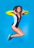 Un joven magnífico atractivo feliz cupo a la mujer moderna en sportswe Fotos de archivo libres de regalías