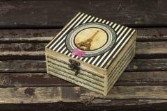 Un joyero con un adorno de París Imágenes de archivo libres de regalías