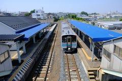 UN JR tren parado en la MISMA estación imagenes de archivo