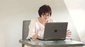 Un jubilado activo habla con Skype con sus socios Mujer de negocios, manera de vida activa Telecomunicaciones y almacen de video