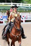 Un jubilado sonriente hermoso monta un caballo en la demostración del caballo de la caridad de Germantown Fotos de archivo