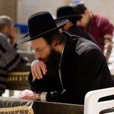 Un judío religioso ruega cerca de la pared que se lamenta foto de archivo libre de regalías