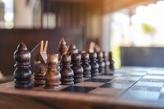 Un juego de ajedrez de madera en el tablero de ajedrez imagenes de archivo
