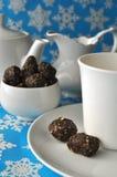 Un juego de té con las bolas crudas de la nuez-fecha en fondo azul del invierno Fotos de archivo libres de regalías