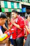 Un juerguista no identificado se une al día de Songkran. Imagen de archivo libre de regalías
