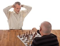 Un jugador de ajedrez da jaque mate al otro Imagenes de archivo