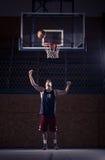 Un jugador de básquet joven, bola que tira en aire fotografía de archivo libre de regalías