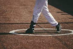 Un jugador de béisbol golpeó el béisbol fotografía de archivo