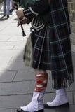 Un jugador de la chirimía, en su falda escocesa escocesa tradicional, realizándose vive en la calle real de la milla, Edimburgo c Fotografía de archivo