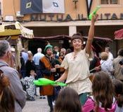 Un juglar de sexo femenino del artista está representando un funcionamiento en una feria medieval fotografía de archivo