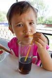 Un jugo de consumición de la niña Imagen de archivo libre de regalías