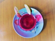 Un jugo rojo fresco equipado hermoso fotografía de archivo