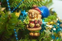 Un juguete de cristal del árbol de navidad del peluche Foto de archivo libre de regalías