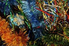 Un juguete de cristal de la Navidad con un modelo entre las decoraciones brillantes Fotografía de archivo libre de regalías