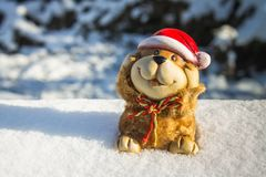 Un juguete de un perro es un símbolo del Año Nuevo en la nieve Juguetes de la Navidad Foto de archivo libre de regalías