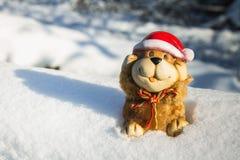Un juguete de un perro es un símbolo del Año Nuevo en la nieve Juguetes de la Navidad Fotos de archivo libres de regalías