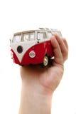 Un juguete viejo del omnibus en manos Imagenes de archivo