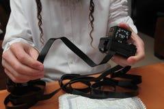 Un juif orthodoxe religieux avec le bras-tefillin sur sa main gauche prie A l'homme que juif prépare le tefillin Photo stock
