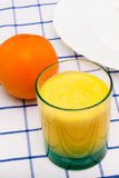 Un jus et fruit d'orange en verre Image libre de droits